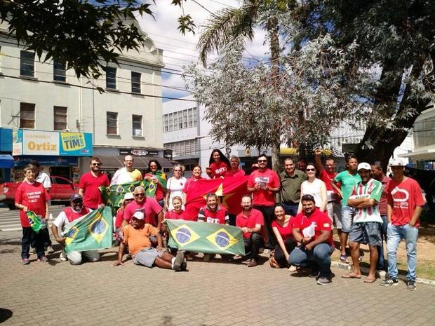 Em Lages, ação foi de panfletagem pró-governo na manhã desta sexta (18) (Foto: Reprodução/RBS TV)