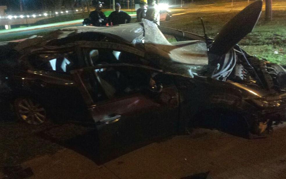 Carro que transportava oito jovens ficou destruído após colidir com uma placa na 601 Norte, em Brasília, e capotar (Foto: Corpo de Bombeiros/Divulgação)