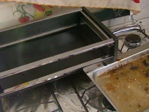 Churrasqueira usada por quadrilha para assar carne em fazenda de Santa Rita do Passa Quatro (Foto: Rodrigo Sargaço / EPTV)