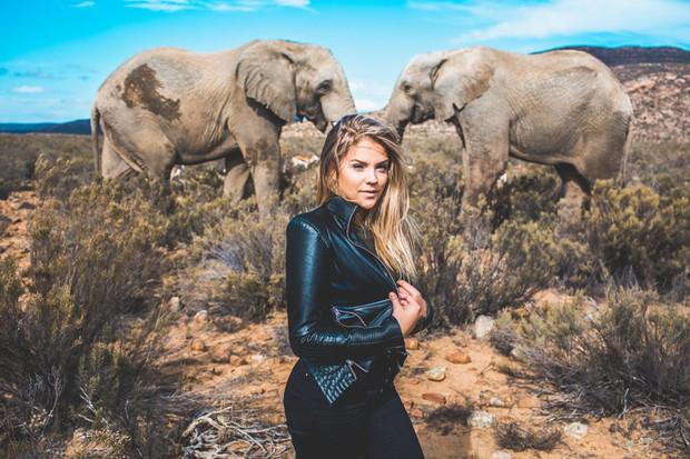 A atriz Gabi Lopes está investindo na carreira internacional e posa para ensaio de moda na África (Foto: Raul Aragão / Divulgação)