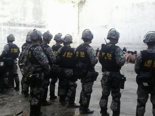 Integrantes da Força Nacional fazem a contenção dos presos na penitenciária Raimundo Nonato (Foto: Divulgação/Sejuc-RN)