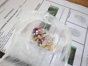 Pedras de crack estavam escondidas na boca de suspeito em Mossoró (Foto: Marcelino Neto)