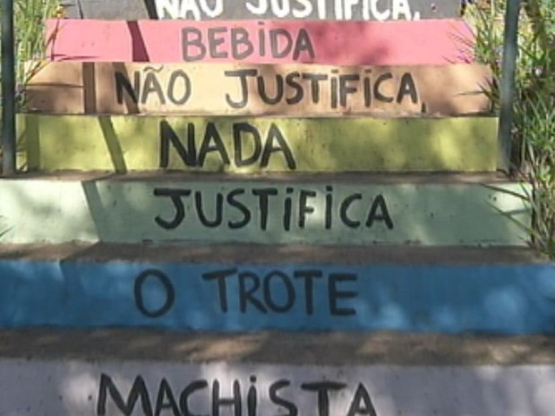 Na universidade, estudantes pintaram as escadarias em repúdio aos trotes violentos  (Foto: Reprodução / TV TEM)