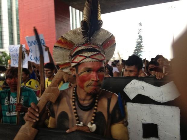 Índio protesta no vão livre do Masp (Foto: Marcelo Mora/ G1)