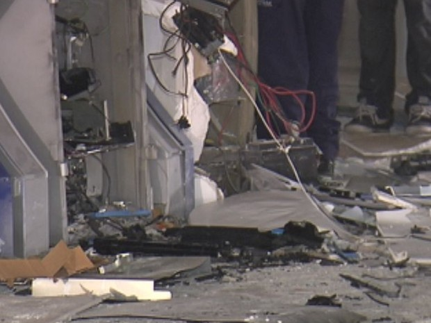 Caixas ficaram destruídos após as explosões  (Foto: Reprodução / TV TEM)