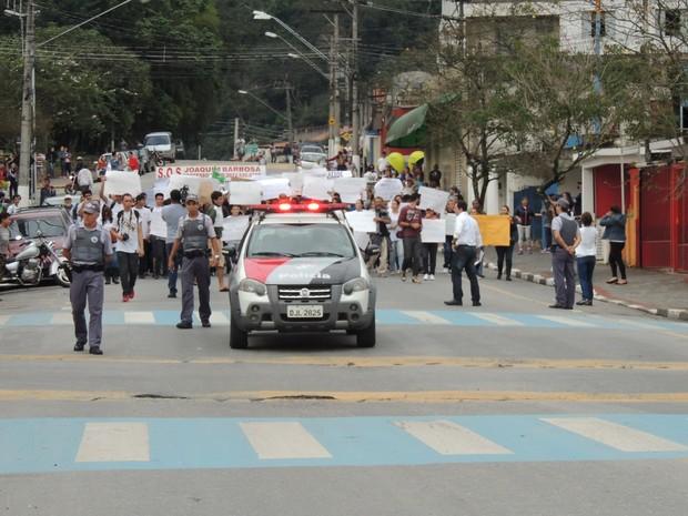 Cerca de 100 pessoas participaram da manifestação (Foto: Carolina Paes/G1)