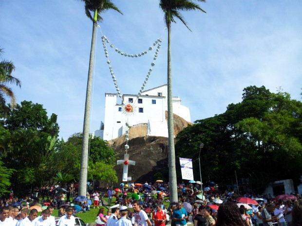 Fiéis assistem à missa do oitavário, que faz parte das comemorações da Festa da Penha (Foto: Juliana Borges/ G1 ES)