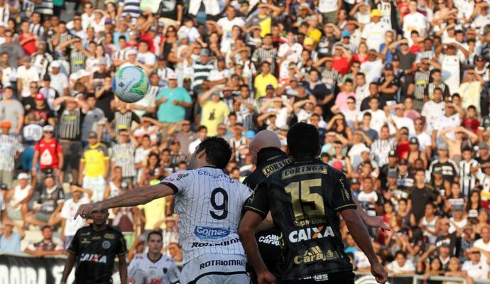 Frontini disputa bola com jogadores do ASA (Foto: Francisco França/Jornal da Paraíba)
