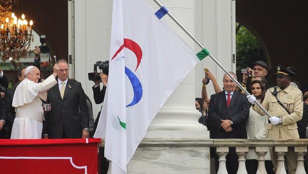 Papa Francisco abençoou as bandeiras dos Jogos Olímpicos e Paralímpicos de 2016 na cerimônia no Palácio da Cidade, no Rio de Janeiro (Foto: Alexandre Cassiano / Agência O Globo)