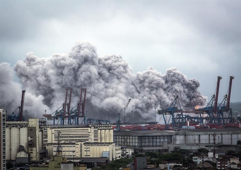 Doze contêineres com produtos químicos pegaram fogo no terminal da Localfrio no Guarujá (Foto: EFE)