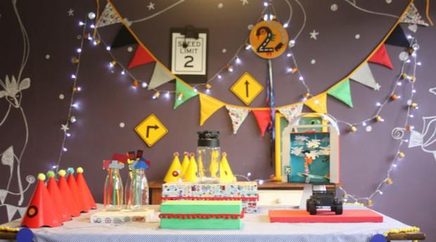 A decoração da mesa do bolo é feita artesanalmente pela empresa (Foto: Divulgação)