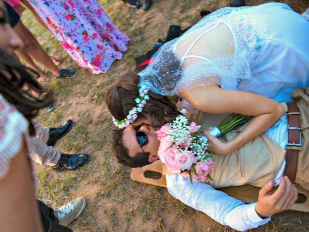 Danny e Érica Gama se casaram após noivo ter fraturas ao descer de paraquedas na cerimônia  (Foto: Luciano Oliveira )