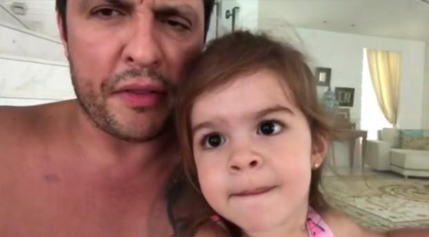 Ceará grava vídeo com sua filha sobre o carnaval (Foto: Reprodução / Instagram)