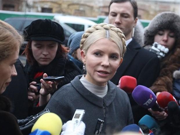 A ex-primeira-ministra ucraniana Yulia Tymoshenko fala à imprensa nesta quarta-feira, após deixar o tribunal  (Foto: Alexander Propenko / AFP)