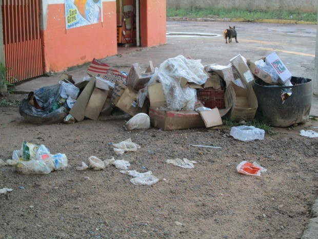 Lixo acumulado em calçadas de Miranda, MS (Foto: Assessoria de imprensa/Prefeitura Municipal)