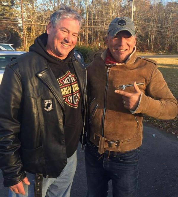 O cantor Bruce Springsteen com o motoqueiro que o salvou na estrada (Foto: Facebook)