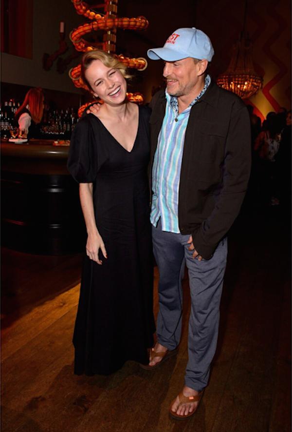 Brie Larson com Woody Harrelson (Foto: Twitter)