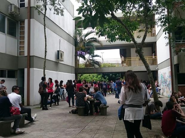 Muitos estudantes deixaram local de prova às 19h, mas outros já deixaram as salas antes das 16h (Foto: Carolina Lopes/G1)