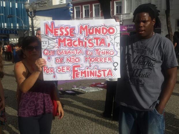 Jovens seguraram cartazes com frases de repúdio ao machismo (Foto: Roberta Steganha/G1)