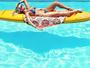 Karina Bacchi curte piscina: 'Tá tranquilo... tá favorável'