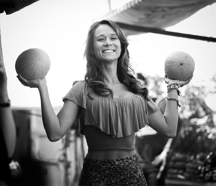 Olhaaa os 'melão' da Tancinha! Clique incrível da Mari interpretando a feirante mais linda do pedaço (Foto: Raphael Dias/Gshow)