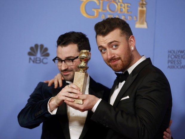 Sam Smith (à direita) e Jimmy Napes recebem o Globo de Ouro de melhor canção por 'Writing's on the Wall', do filme '007 contra Spectre' (Foto:  REUTERS/Lucy Nicholson)