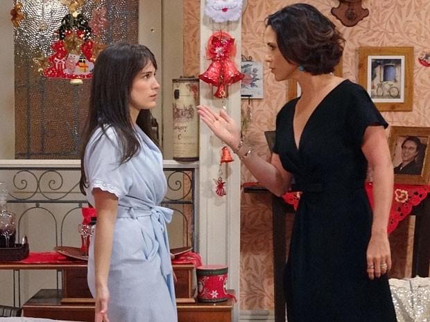 Manoela aponta a mão para Carolina e a xinga de safada (Foto: Guerra dos Sexos / TV Globo)