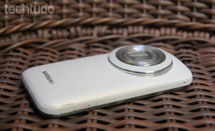 """Samsung Galaxy K Zoom tem um design diferenciado e uma lateral """"gordinha"""" (Foto: Tainah Tavares/TechTudo)"""