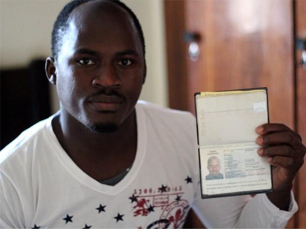 Hatiano exibe passaporte e espera ficar bastante tempo no Brasil (Foto: Jéssica Balbino/ G1)