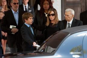 Melissa Rivers e o filho no velório de Joan Rivers (Foto: AFP)
