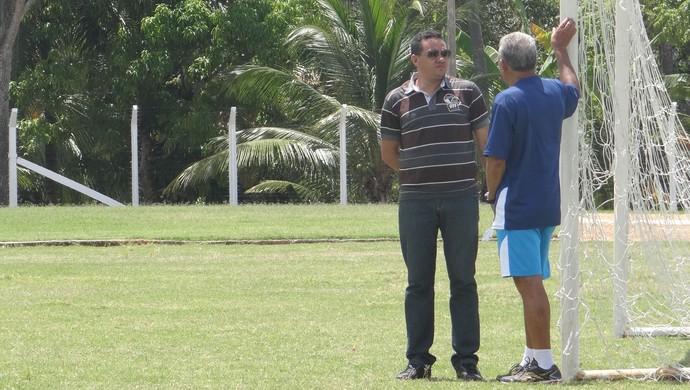 Gerente de futebol do Azulão, Marquinhos Mossoró conversa com Neildo dos Anjos (Foto: Caio Lorena / Globoesporte.com)