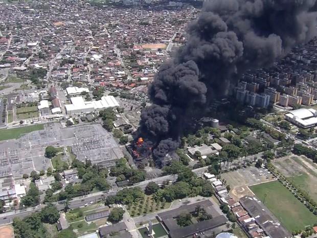 Fogo consome parte do prédio da Chesf na Zona Oeste do Recife (Foto: Reprodução/TV Globo)