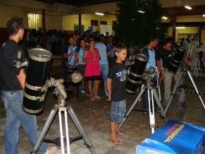No planetário móvel, crianças interagem com telescópio (Foto: Divulgação)