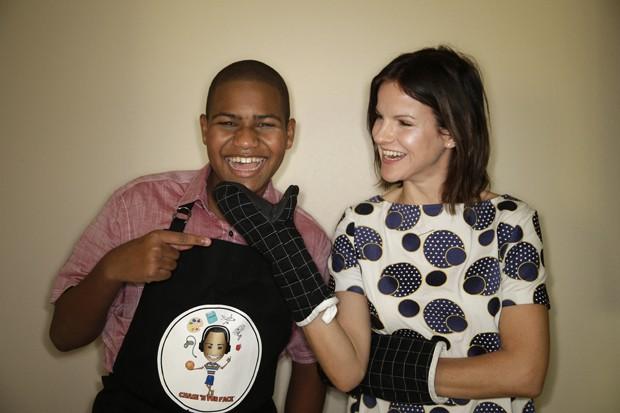 Chase Bailey posa para foto com atriz Fuchsia Sumner, que recentemente participou de gravaçlão do programa de culinária do menino  (Foto: AP Photo/Jae C. Hong)