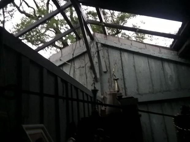 Casas ficaram destelhadas após temporal que atingiu a região de Maringá neste sábado (16) (Foto: Divulgação/ Defesa Civil de Maringá)