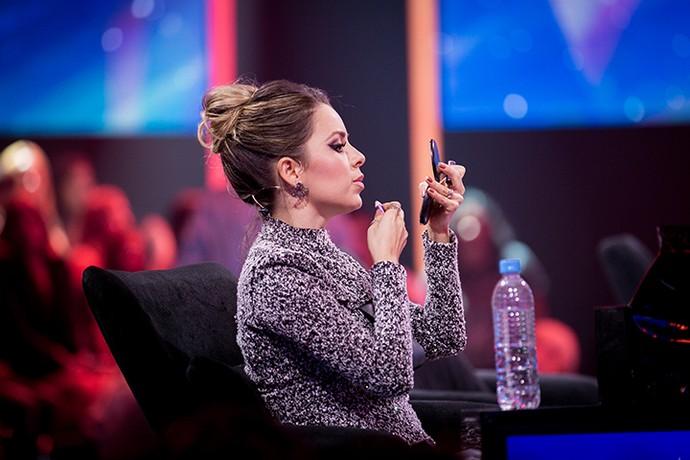 Sandy retoca a maquiagem pouco antes de entrar ao vivo no 'SuperStar' (Foto: Isabella Pinheiro/Gshow)