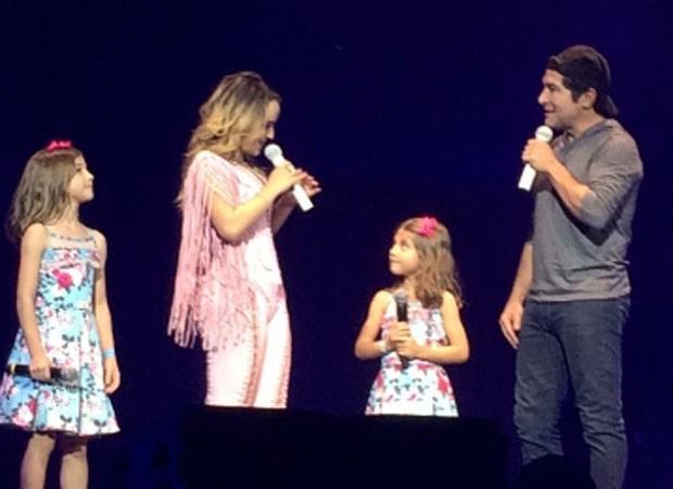 As filhas de Daniel, Lara e Luiza, cantam com Larissa Manoela (Foto: Reprodução)