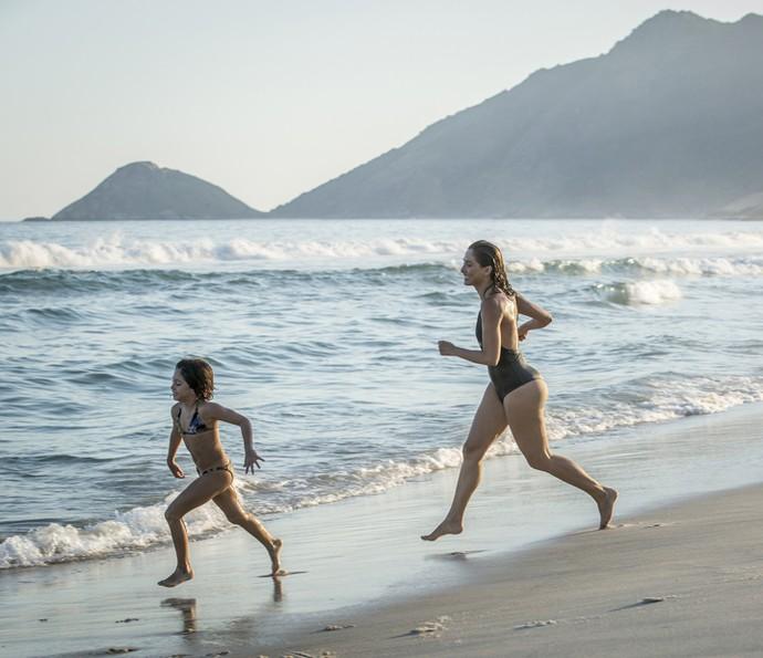 Camila Pitanga brinca com a filha na praia (Foto: Felipe Monteiro/Gshow)