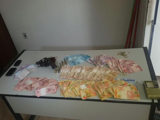 Todo dinheiro roubado foi recuperado (Foto: Janaína Gonçalves)