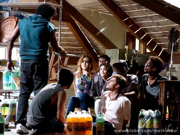 Cadelão mete medo nos reféns e diz que vai levar Martin com ele (Foto: Malhação / TV Globo)