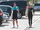 Cauã Reymond tem dia de surfe em família: com a companhia do paizão