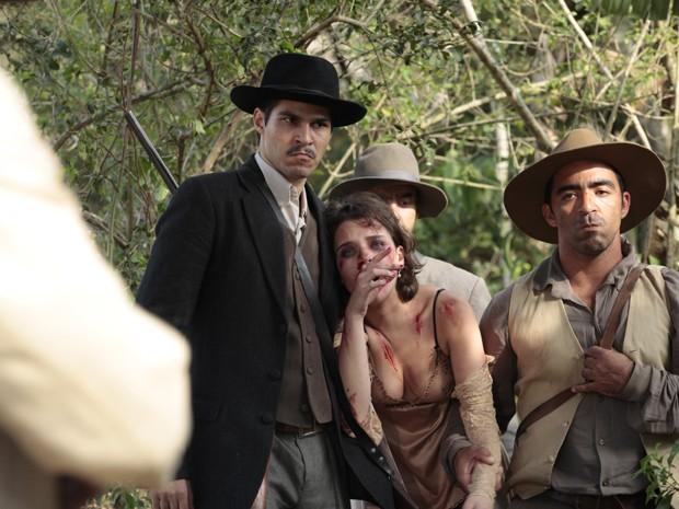 Anabela é agredida por jagunços (Foto: Gabriela / TV Globo)
