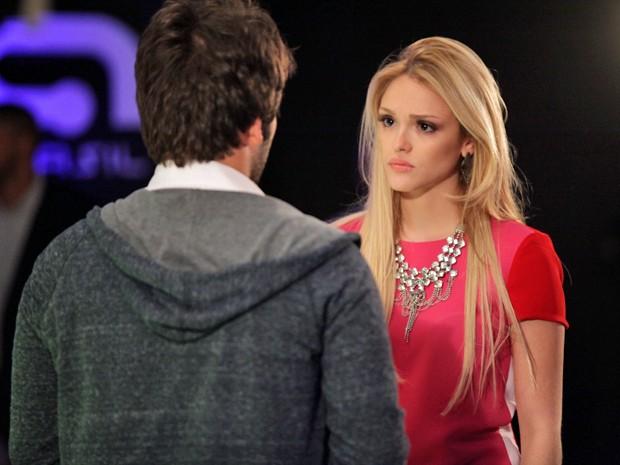Megan desconfia de Davi e o questiona  (Foto: Pedro Curi / TV Globo)