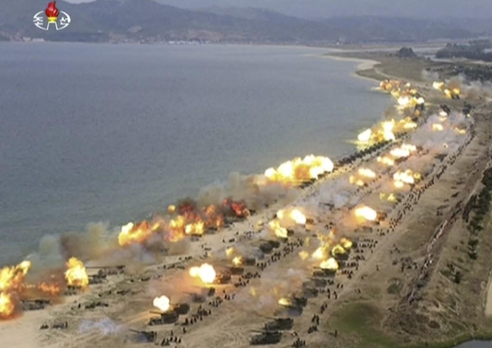 Imagem tirada de vídeo veiculado pela emissora KRT, da Coreia do Norte, mostra exercício militar realizado no aniversário do Exército (Foto: KRT via AP Video)