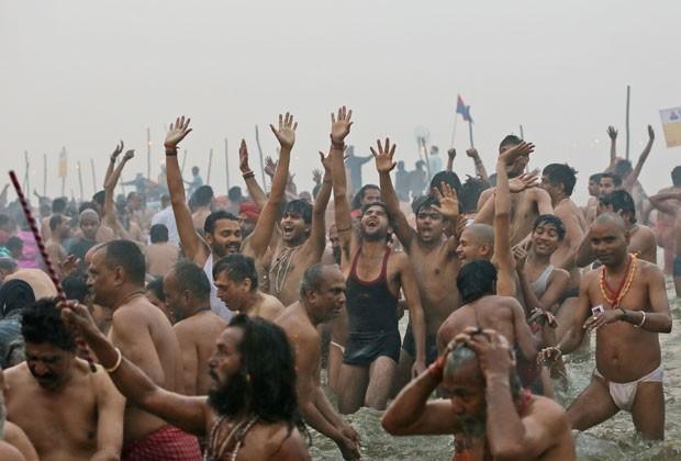 Devotos hindus se banham no Rio Ganges nesta segunda-feira (14), durante início do festival religioso Kumbh Mela (Foto: Manish Swarup/AP)