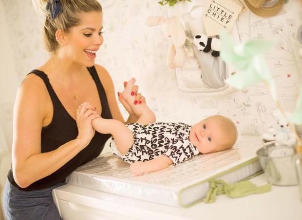 Karina Bacchi com o bebê Enrico no trocador (Foto: Reprodução Instagram)