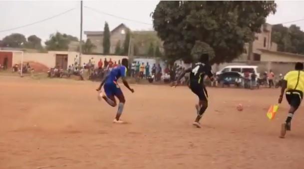 Adebayor joga com amigos no Togo