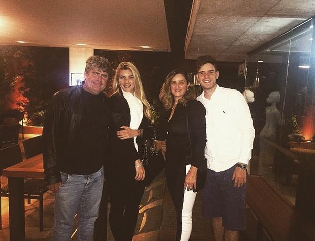Aline com o pai, a mãe e o irmão (Foto: Reprodução/Instagram)