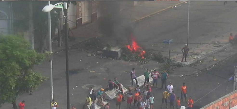 No domingo (14), no início da noite, manifestantes e Guardas Municipais entraram em confronto.  (Foto: Reprodução/TV Verdes Mares)