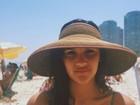 Giulia Costa faz selfie de biquíni na praia em dia de folga na escola